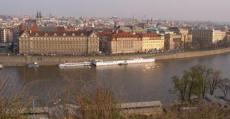 800px-Praha,_Stare_Mesto,_Dvorakovo_nabrezi_02